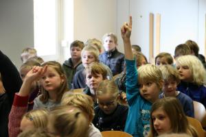 Kinder proben für die Sternsingeraktion