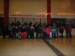 Der-Kinderchor-Herz-Jesu-faehrt-Schlittschuh-im-Eislaufcenter-Wesel