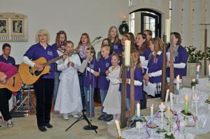 Kreuzbergspatzen singen bei der Erstkommunion