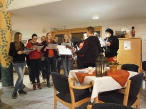 Jugendliche aus Liebfrauen bringen das Friedenslicht ins Käthe-Kolwitz-Haus