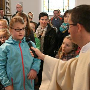 Familien-gehen-mit-Jesus-den-Kreuzweg
