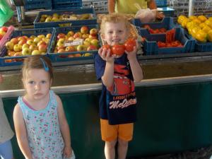 Hl. Kreuz Kita Kinder auf dem Markt