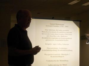 Dr-med-J-Fastenrath-haelt-in-der-Kita-Hl-Kreuz-ein-Vortrag-ueber-Homoeopathie