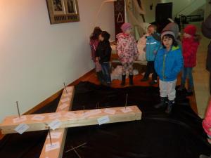 Kitakinder Hl. Kreuz besuchen den Kreuzweg in der Hl.Kreuzkirche