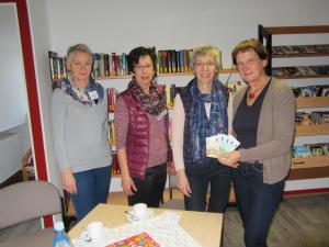 Team der Bücherei St. Helena übergibt Spende an Offenes Ohr