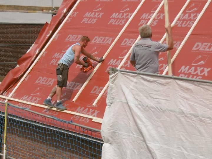 Arbeiten am Dach des Pfarrbüros gehen gut voran
