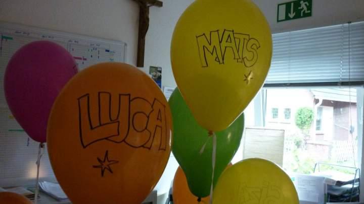 HERZLICH WILLKOMMEN!!! Die Hl. Kreuz Kitakinder freuen sich über die Neuzugänge