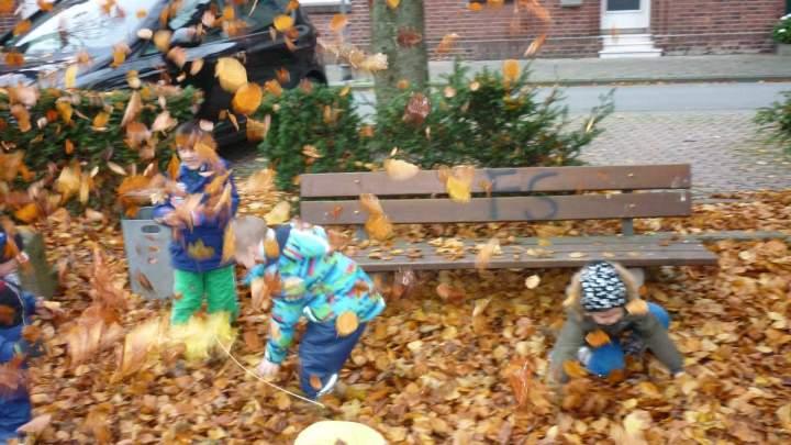 Hl-Kreuz-Kita-Kinder-geniessen-den-Herbst