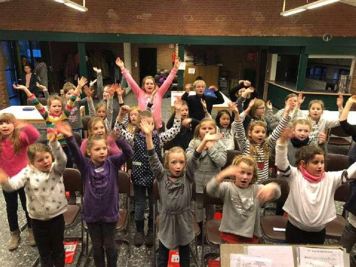 Generalprobe-mit-dem-Kinderchor-Herz-Jesu-fuer-die-Heilige-Messe-am-Samstag