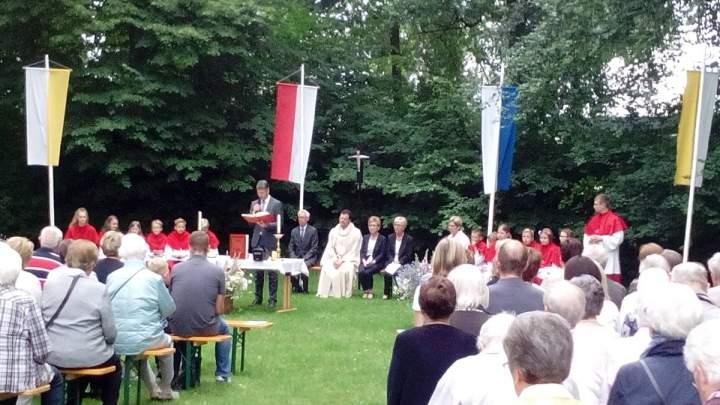 Messe-mit-Papierschwalben-am-Ententeich
