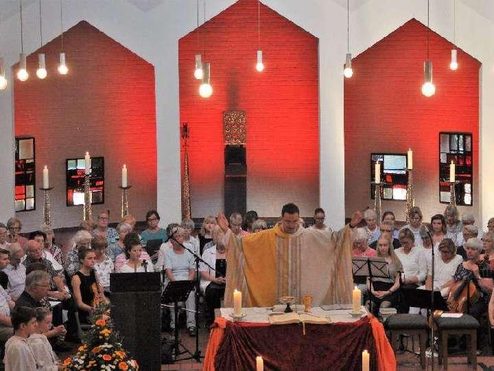 Taizé-Messe zum Herz-Jesu-Patronatsfest mit 113 SängerInnen u. Instrumentalisten