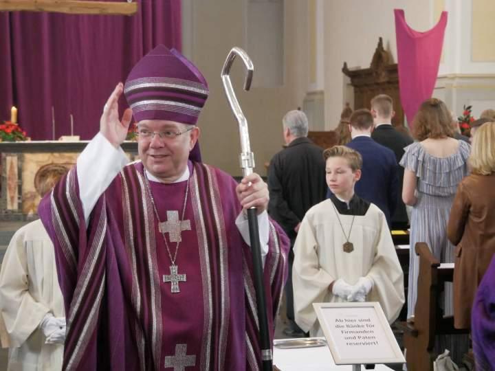 Weihbischof Dr. Hegge firmt 63 Jugendliche und Erwachsene