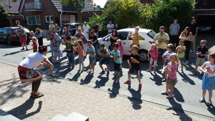 Kinder der Kita Hl. Kreuz tanzen auf der Strasse.....