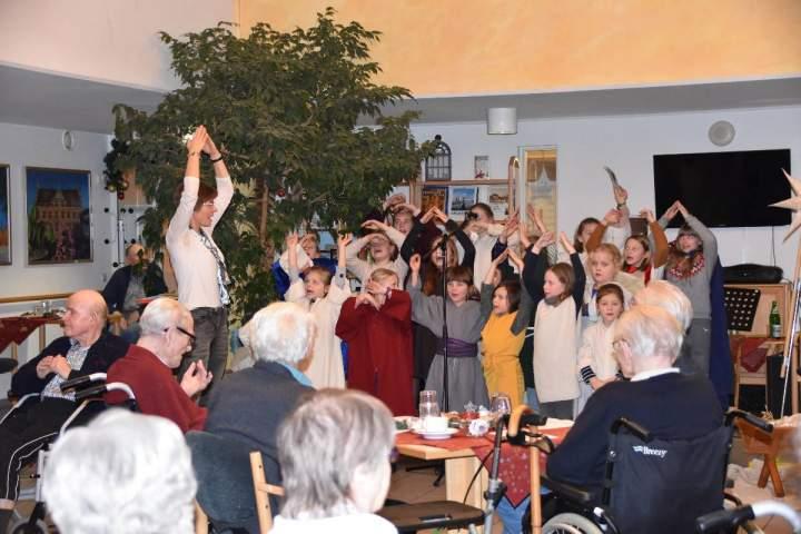 Kinder- u. Jugendchor Herz-Jesu versetzte die Bewohner in die Zeit Jesu Geburt