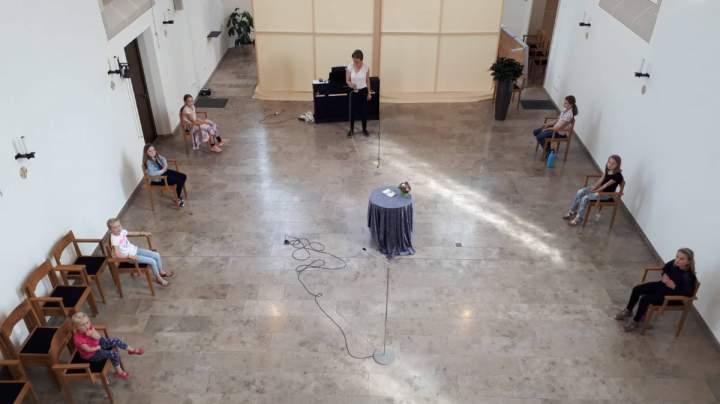 Kinderchor Herz-Jesu singt mit Begeisterung für Senioren*innen