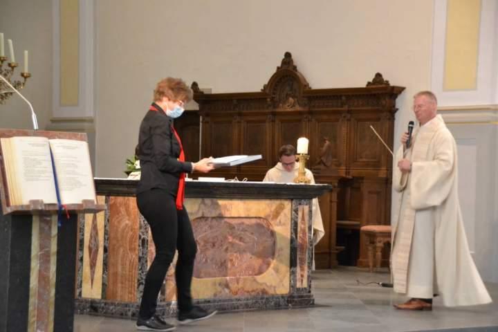 Herz-Jesu-Kirchenchor erhält Primiz-Segen und ehrt Chorleiterin Monika Hebing