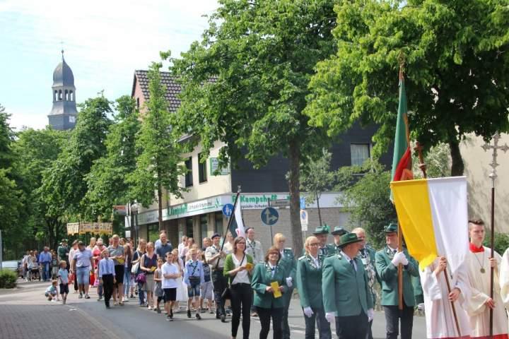 Fronleichnam - Messfeier und Prozession auf dem Marktplatz / St.-Georg-Kirche