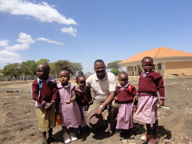 Father Paul mit Schülern